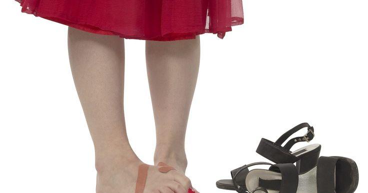 Como curar pés cansados e doloridos. O cansaço e a dor nos pés podem ser resultados de andar muito ou ficar mais tempo em pé do que o normal, ou ainda de usar sapatos mal adaptados a seus pés. Nada pode prejudicar seu dia como pés doendo. É possível aliviar seus pés cansados e doloridos em casa para evitar acordar com o mesmo problema. Uma combinação de remédios feitos em casa e ...