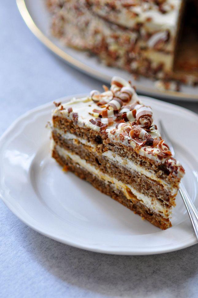 Tort orzechowy na białkach z kremem na bazie śmietankowego serka Président i kremówki