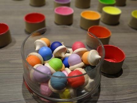 Un petit jeu facile à réaliser pour les jeunes enfants pour les éveiller au tri des couleurs.