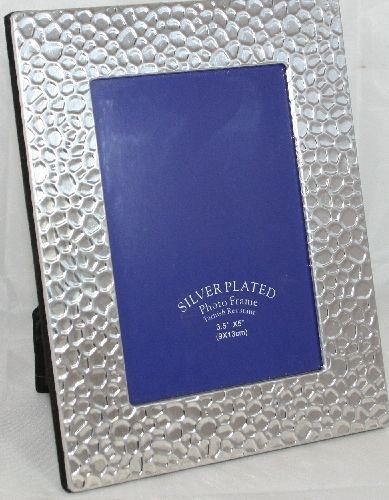 Cornice portafoto Silver martellata. Contiene foto cm.10x15, cornice esterna 14,5x18,5 e piedistallo. Idea regalo non solo per Matrimonio e anniversario. By C&C Creations Store