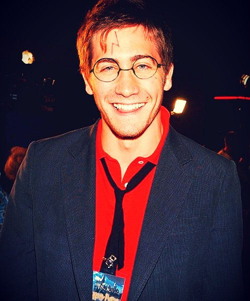 Jake Gyllenhaal dressed up as Harry Potter. Yeah, I think I'm crying cause that is so freaking hilarious!