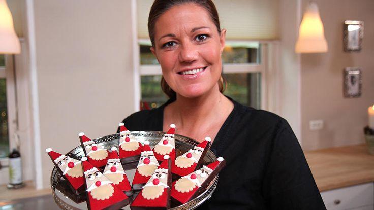 Mette Blomsterbergs køkken er pyntet op til jul, og i løbet af december vil hun vise nogle af sine bedste opskrifter til at forsøde julemåneden med. I aften byder hun bl.a. på pyntekringler og marcipannissemænd. Men som sædvanlig er alt gennemtænkt i Blomsterbergs køkken. Så julegaverne får også et ekstra skud jul, når de pyntes med gran og hjemmelavede til/fra kort.