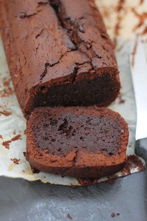 Attention tuerie ! Voilà un cake qui devrait séduire tous les amateurs de chocolat, et peut être même les autres. Sa texture est absolument divine, bien croustillante au dehors et ultra fondante au dedans. J'ai choisi un chocolat au caramel pour éviter...