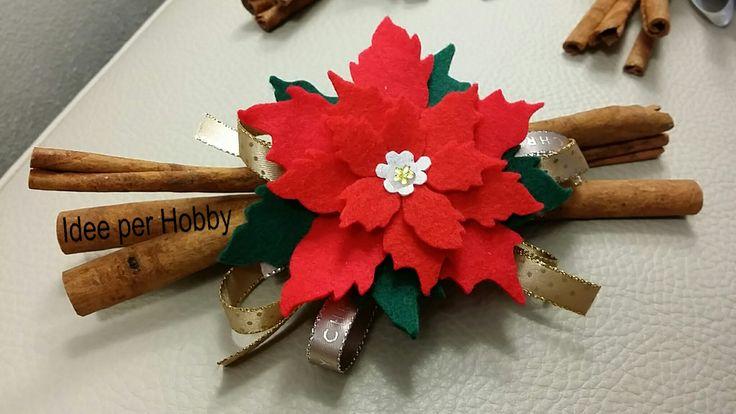 Bastoncini di cannella con stella di Natale rossa