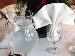 Wawerko | Fächerserviette im Glas falten - Anleitungen zum Selbermachen - Servietten falten  Man kann eine Fächerserviette entweder so falten, dass sie von alleine auf dem Tisch stehen bleibt oderdie Fächerserviette in einem leeren Weinglas arangieren. ...