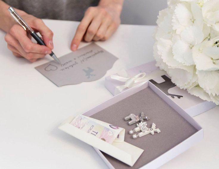 Sadu dostanete včetně dárkové krabičky, stužky a papírové obálky na peníze.