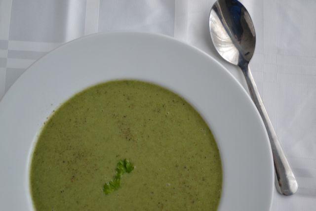Deze detox soep zit vol met groene groenten, zoals broccoli en spinazie, die je lichaam helpen zuiveren, o.a. vanwege de hoeveelheid fytonutriënten...