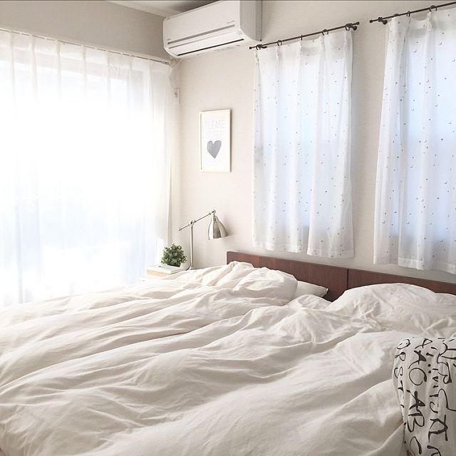 女性で、4LDKのホワイトインテリア/マイホーム/寝室/ベッドルーム/レースカーテン/星と月の刺繍カーテン…などについてのインテリア実例を紹介。「天気が良いと一番 陽当たりの良い寝室です♪  大人用のシーツ類はニトリで 右端ベビーベッドのシーツは IKEAのカバーを小さくリメイクして使っています( ˶ˆoˆ˵ )」(この写真は 2017-02-04 12:09:34 に共有されました)