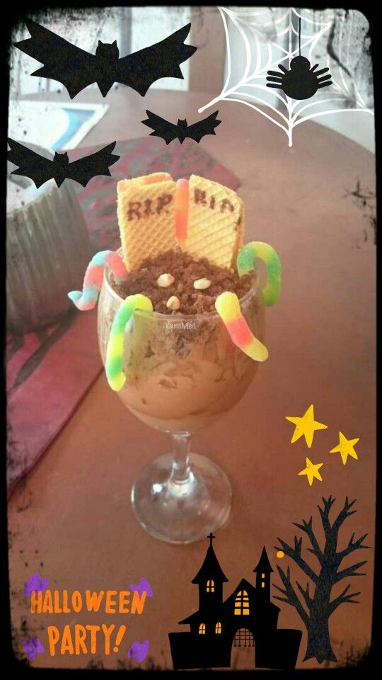 Copa #cementerio con #helado de #chocolate #brownie #gomitas de #gusanos #galletas #wafer y chispitas de chocolate blanco #RIP #diy #warm #halloween