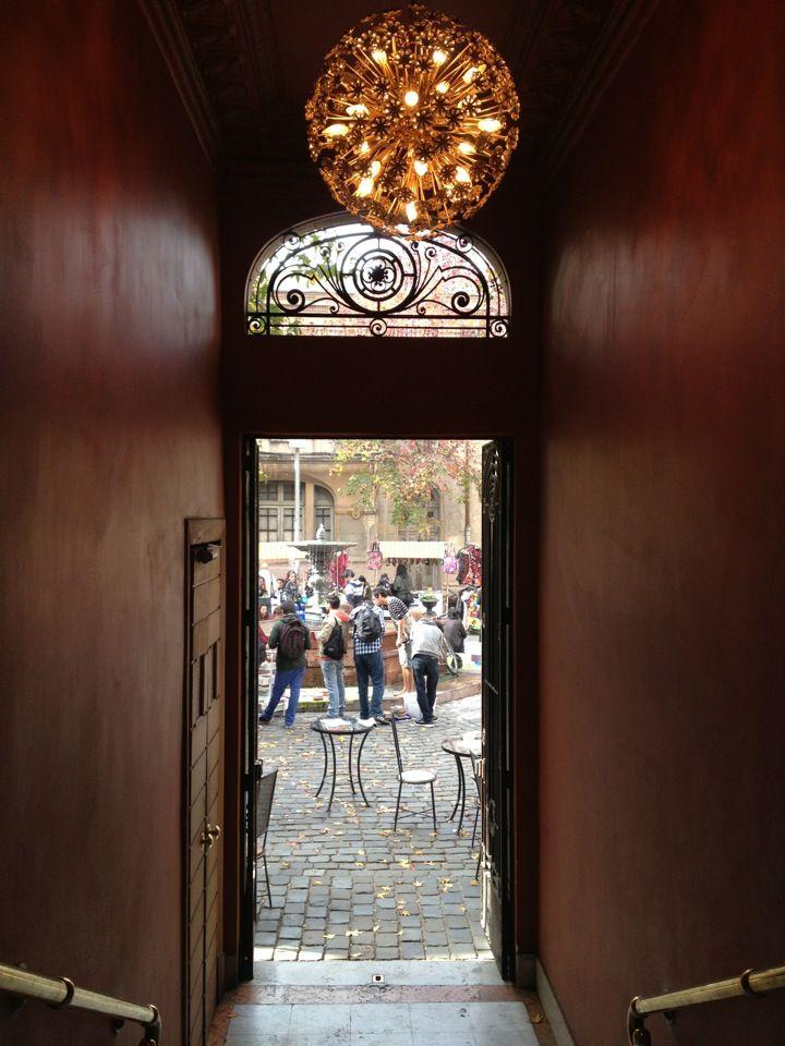 Zully em Santiago de Chile - restaurante mais romântico de Santiago. Sentar no terraço para almoçar com a vista da praça.