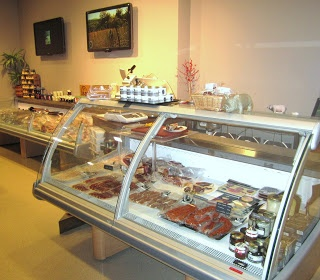 A la entrada del local se encuentra la tienda delicatessen, donde podrás encontrar diversos productos derivados del cerdo, así como quesos y vinos. FUENTE: MISS MARIDAJES > Facebook https://www.facebook.com/Mismaridajes - Twitter https://twitter.com/mismaridajes - Web http://mismaridajes.blogspot.com.es/