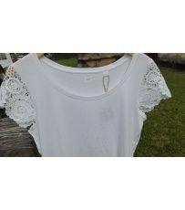 Jednoduché tričko pro ženy volného střihu. Volný kulatý výstřih. Na tričku je aplikovaná krajka na rukávech. Vyber si barvu a velikost dle svých představ.