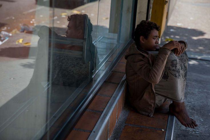 El éxodo genera niños desamparados que deambulan en las calles -  La inédita crisis económica y social de Venezuela se hace inocultable en calles y casas de abrigo que a diario reciben a niños que han quedado desamparados después de que sus padres emigraran a otro país a buscar nuevas formas de ingresos y los dejaran a cargo de personas que no pueden mant... - https://notiespartano.com/2018/03/05/exodo-genera-ninos-desamparados-deambulan-las-calles/