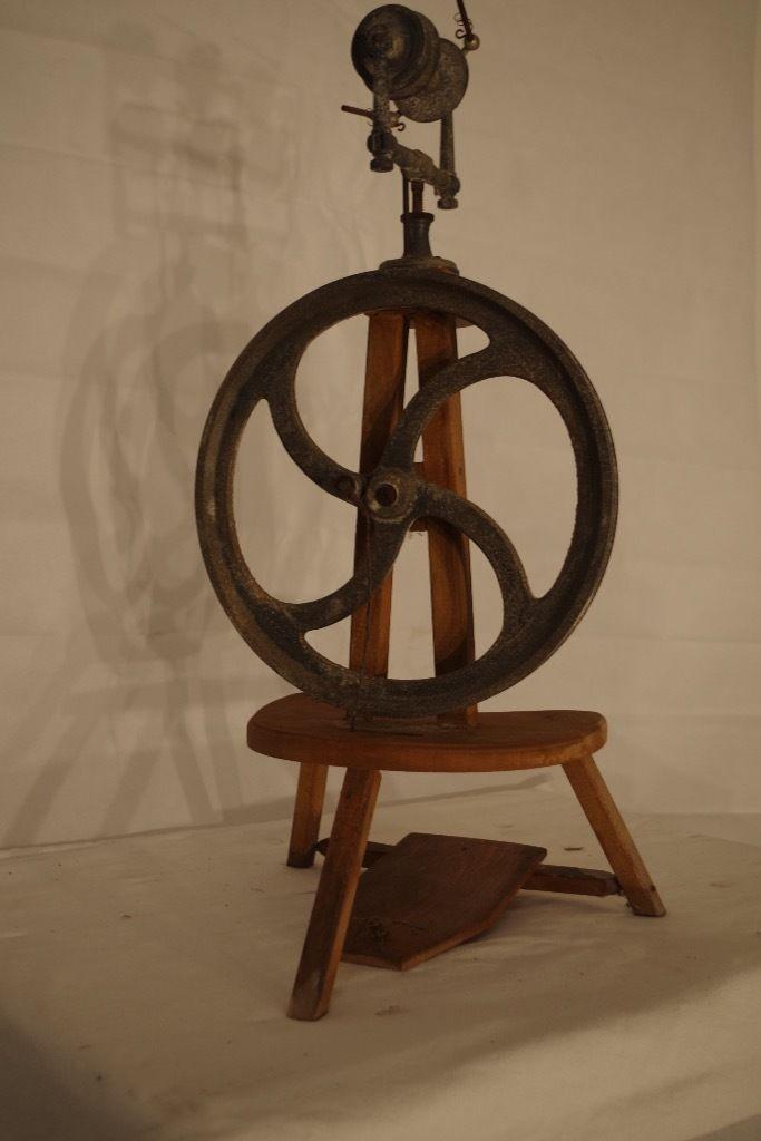 Verkaufen ein antikes Spinnrad. Das Schwungrad ist aus Metall und leider ziemlich angelaufen, so...,antikes Spinnrad, unrestauriert -reserviert bis Sonntag - in Hessen - Langgöns