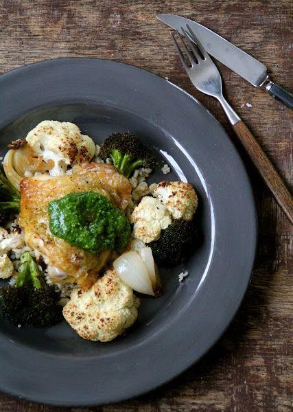 Ovnsbakt kylling med brokkoli, blomkål og spinatpesto