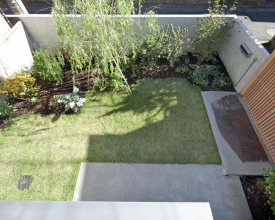 アウトドア事例:2階出窓より庭を見下ろす(『矢来の家(減築)』過去の記憶や温もりを残す減築リフォーム)