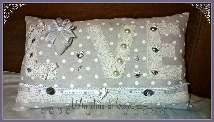 Cuscino rettangolare con scritta love in trina decorato con piccoli cuori e bottoni in metllo