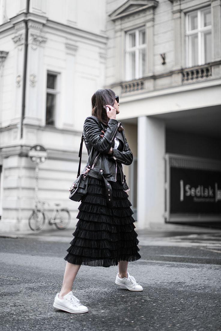 Rüschen Röcke sind absolut im Trend und können mit einem einfachen T-Shirt, einer Lederjacke und Sneakers zu einem coolen edgy Look gestylt werden.