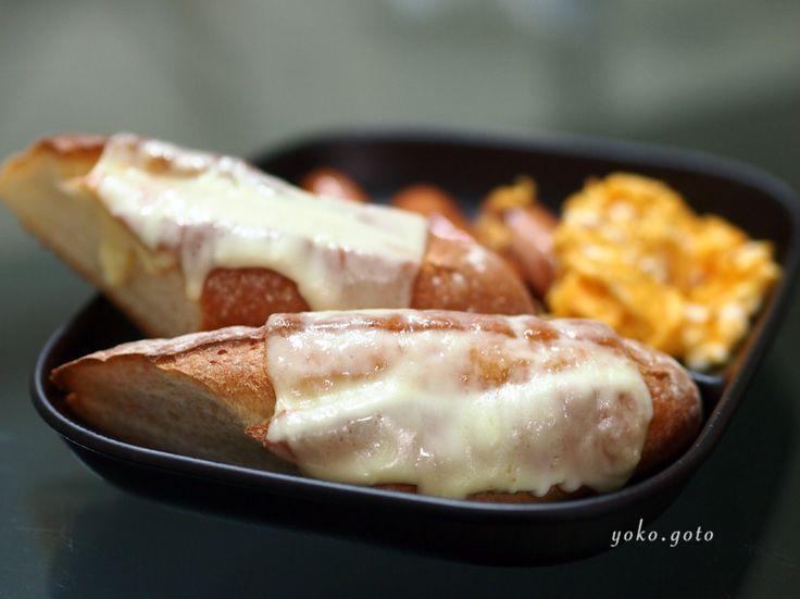 【Cooking】 ランチ。石窯バケットにモッツァレラチーズ。スクランブルエッグとウィンナー。卵とチーズ入れました。