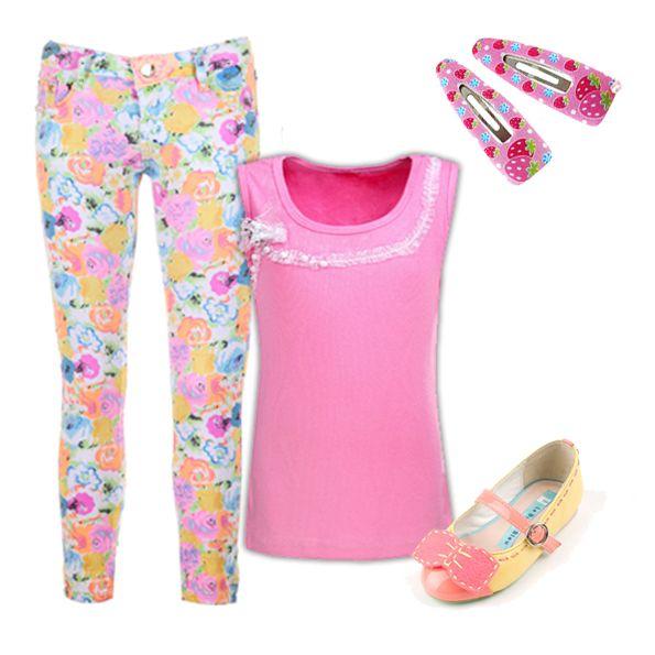 Модный look в розовом цвете! Стильные скинни с цветочным принтом привлекают внимание, а благодаря однотонному топу наряд не выглядит перегруженным.