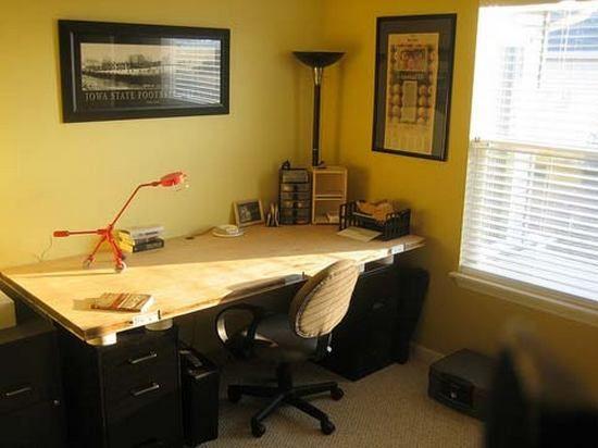 Цвет в интерьере кабинетаЖелтый имеет двоякое действие на человека. Яркий возбуждает, но слишком быстро утомляет. Светло-желтые тона, напротив, могут «успокоить» дизайн кабинета, добавить теплоты. Желтый предпочтительно разбавлять зелеными или коричневыми нотками. Эти сочетания создадут атмосферу домашнего уюта, но в то же время не будут отвлекать от работы.