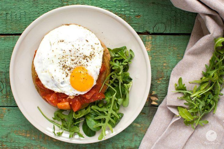 Gryczane pancakes z pomidorami i jajkiem sadzonym | flymetothespoon