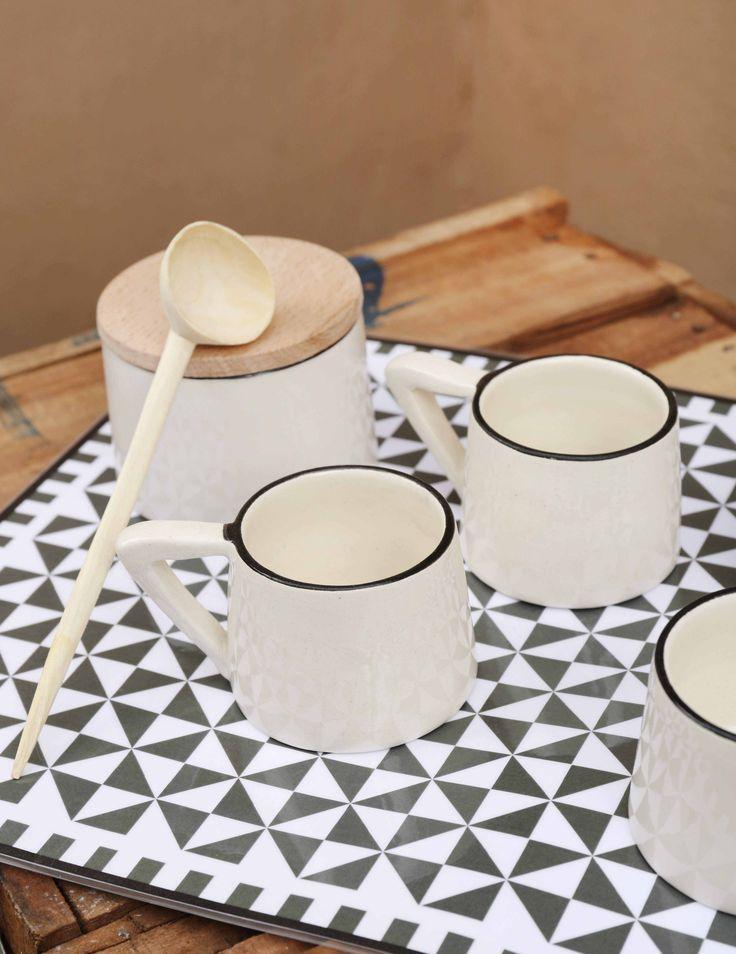 Tasses expresso et sucrier en céramique.