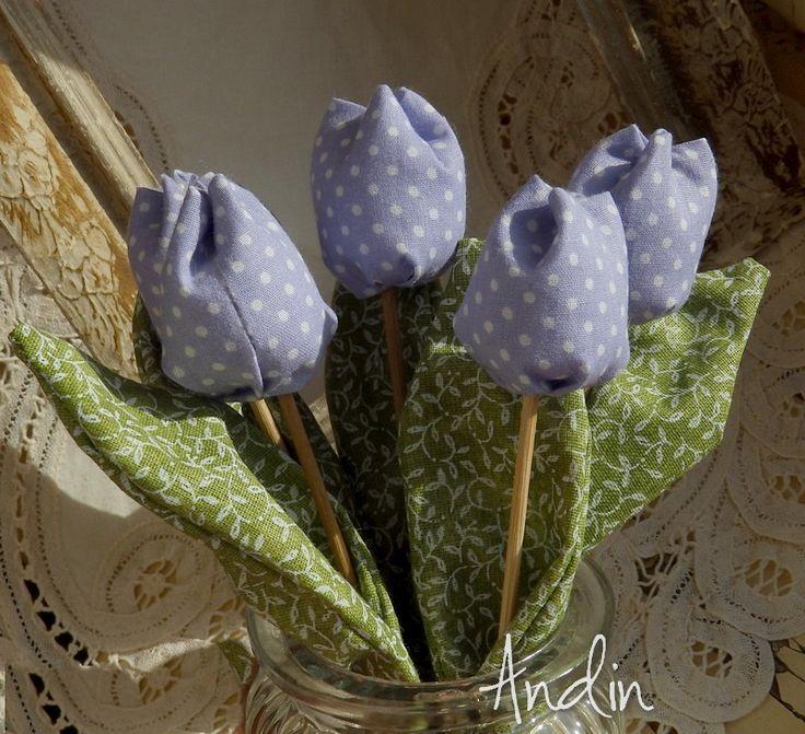 Jarní tulipán - barva šeříku Jako dáreček nebo jen tak, sobě pro radost. Květ tulipánu je ušit z bavlněné látky veselých jarních barev , stonek - špejle je zabalen do velkého listu.  Tulipánek je vhodný jako zápich do květináče, nebo jen tak položit na poličku. Hezky vypadá i několik svazků ve vázičce. Barva šeříková Výška +- 18 cm , průměr květu ...