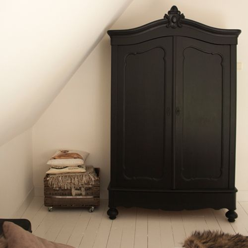 Makien Verkroost Interior design & styling – Mat zwarte kast