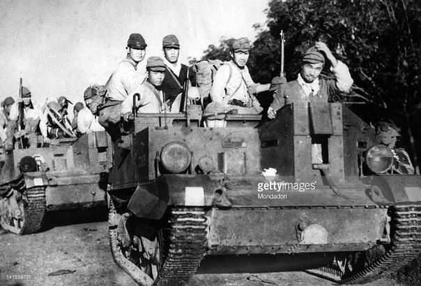 Rare photo: captured armoured personnel carriers Universal Carrier in the Japanese army. Malaya, January 1942, pin by Paolo Marzioli