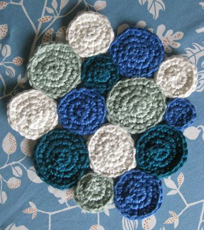 Crocheted trivet.. This is so adorable but unfortunately the tutorial is in a language I do not speak;)