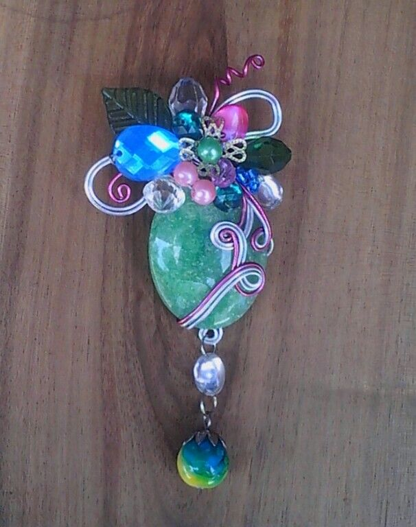PUCUKSEMI (wirecrafting brooch) material: resin cabochon, artisticwire, artificial pearls, acrilic beads