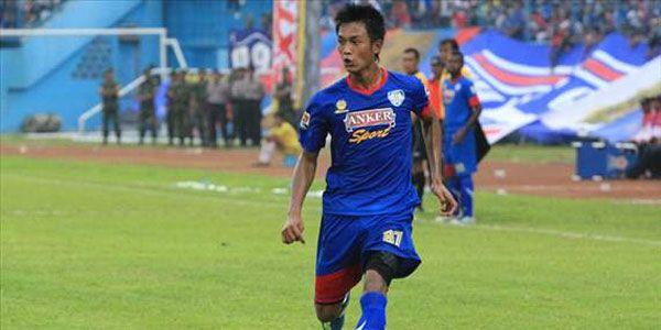 Arema Pinjamkan Ahmad Alfarizi ke Persija Jakarta - http://www.sundul.com/berita-bola/liga-indonesia/2013/05/arema-pinjamkan-ahmad-alfarizi-ke-persija-jakarta/