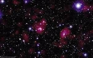 Ein Stern (lateinisch stella und astrum, ahd. sterno) ist in der Astronomie ein massereicher, selbstleuchtender Himmelskörper aus Gas und Plasma, wie unsere irdische Sonne. Er wird durch die eigene Schwerkraft zusammengehalten und ist an der Oberfläche 2.200 K bis 45.000 K heiß, Weiße Zwerge können Temperaturen bis zu 100.000 K erreichen. Dass fast alle dem bloßen Auge punktförmig erscheinenden Himmelskörper weit entfernte Sterne sind, ist eine der wichtigsten Erkenntnisse der modernen…
