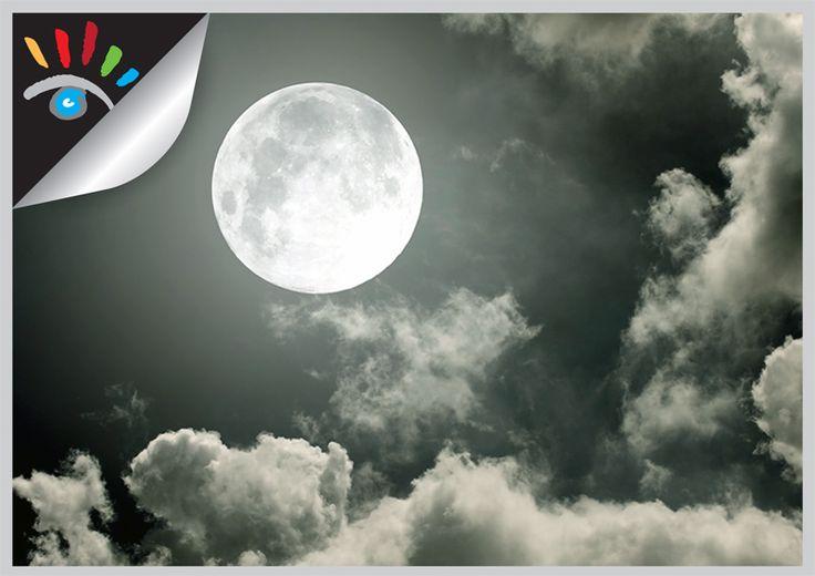 Maan fotografie. Sfeervolle foto's van de maan worden door iedereen geprezen, tenminste als ze goed gemaakt zijn. De maan is 's nachts een erg mooi onderwerp om te fotograferen. Omdat de maan een sterke lichtbron is en je fotografeert nachts, hoef je geen lange sluitertijd te gebruiken. Kies een lens van minstens 200 mm, als je veel details wil bewaren is een lens vanaf 300 mm beter. http://markrademaker.nl