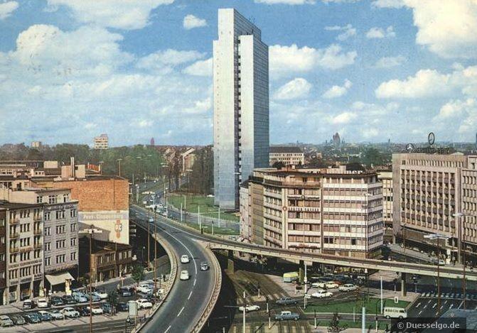 Aufnahme aus den 70er Jahren mit Dreischeibenhochhaus und der Autohochstraße Tausendfüssler #Düsseldorf