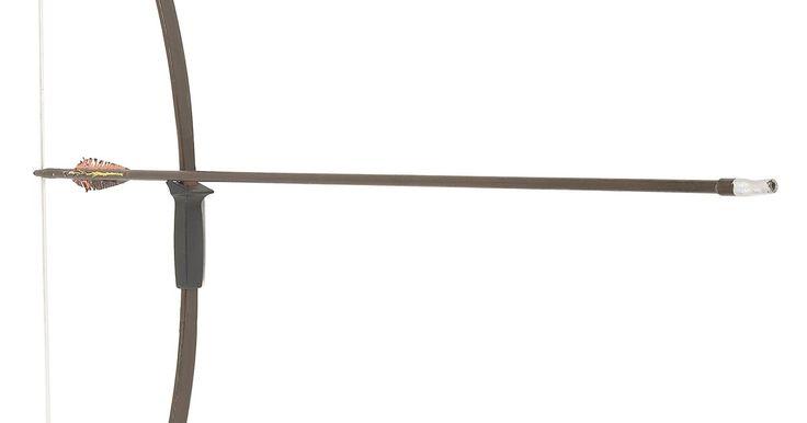 Cómo hacer un arco y flecha simple con palos. El arco y la flecha son instrumentos antiguos de caza y la guerra. También han sido utilizados en las competencias de tiro con arco y aún hoy siguen siendo populares. Los niños a veces hacen sus propias versiones de arcos y flechas y juegan a ser nativos americanos o caballeros medievales. Cómo hacer arcos y flechas simples requiere poco más que ...