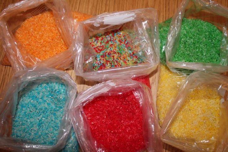 Faire du riz coloré. A utiliser pour une activité sensorielle ou à coller pour décorer un support