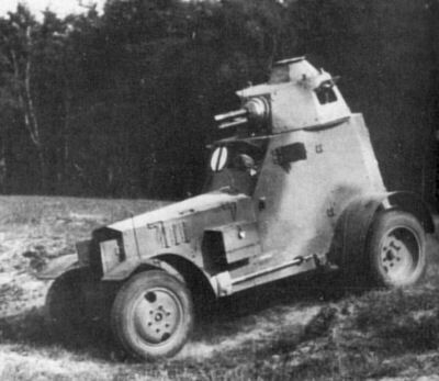 Wz.34 armored car with a new hull and 37mm during exercise.The car has an initial variant of the round yoke plot.Bright disc with a vertical beam it, practice marking the commander of the first platoon.