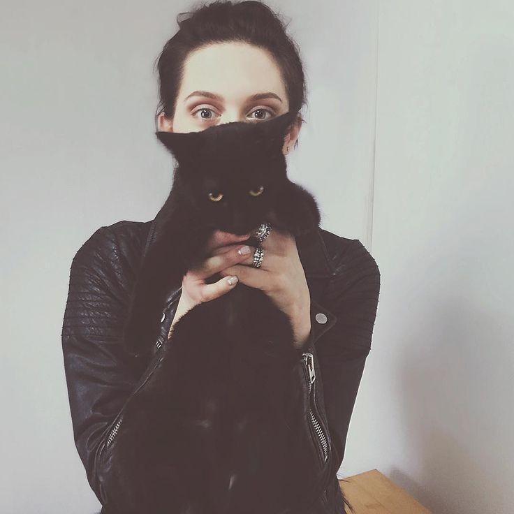 Самая счастливая пятница!!! Пообжималась со всеми в приюте #Краснодог P.S Этот кот до камеры аж дребезжал от мурлыканья! И он меня не ненавидит! 😅#простопозируетнакамеру 😼 #этикоты P.P.S ОБОЖАЮ ЕГО! ❤️