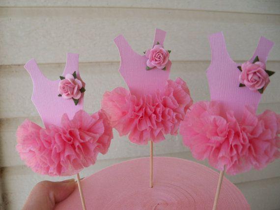 Le corsage est rose pâle avec un volant de papier crépon de quatre couches. Un mûrier rose pâle rose orne une épaule.  Célébrez récital ou anniversaire fête vos ballerines avec ces embouts de cupcake papier adorable. Placez-les sur les cupcakes ou un gâteau sablé pour une pièce maîtresse génial.  Acheter la Couronne de princesse correspondante ou sur le tube décoratif comme le montre les dernières photos daller avec les hauts de forme.