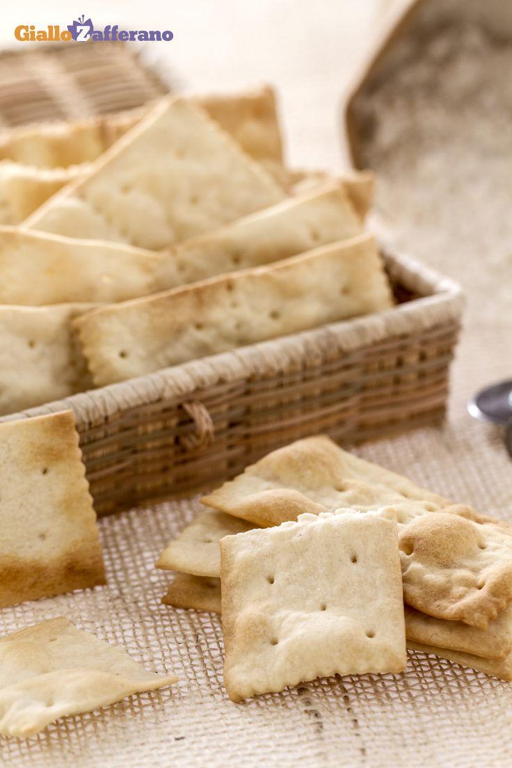 I #crackers (saltine crackers) sono sfoglie sottili e croccanti di pasta di pane, conosciuti in tutto il mondo e di largo consumo: oggi vi mostriamo come farli in casa! #ricetta #GialloZafferano #italianrecipe