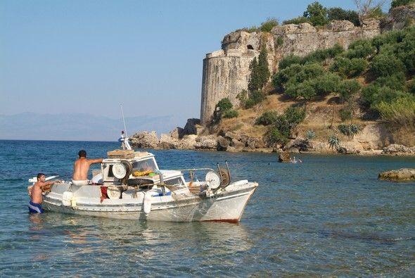 Στην είσοδο του ορμού της Πύλου, το Νιόκαστρο καθρεφτίζεται στα νερά του Ιονίου.