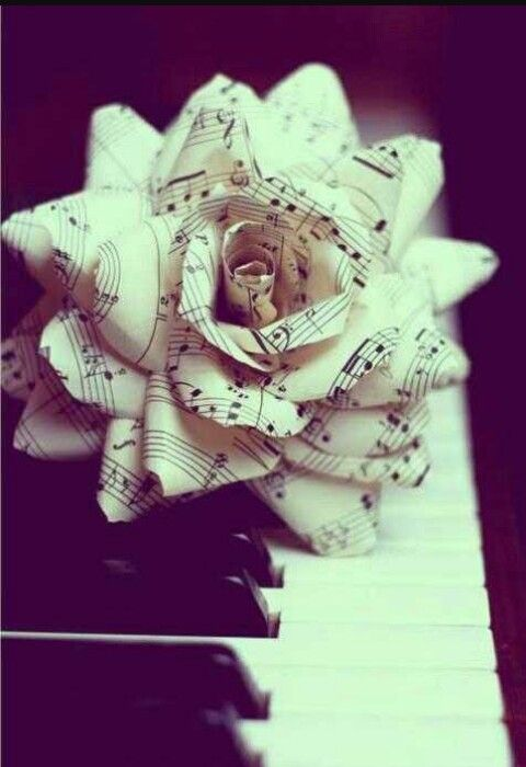 Piano y flor de papel con las notas :3