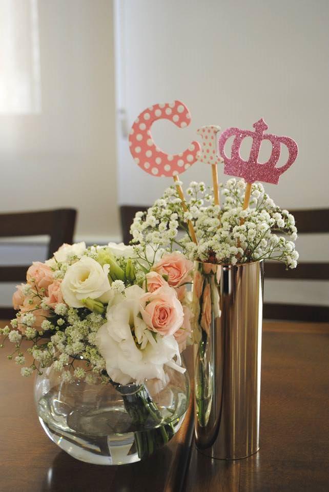 Digna de princesa – De.Cuore. festa coroa dourada, realeza ou princesa. Esse tema super tradicional não precisa ser carregado e pode ter toques delicados e românticos como nessa mesa com muitas flores naturais, detalhes dourados, muito cor de rosa e branco. aniverário 1 ano menina. centro de mesa