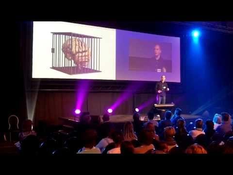 In deze levendige presentatie stelt Tijl Koenderink de vraag: wat is nu eigenlijk het doel van het onderwijs?
