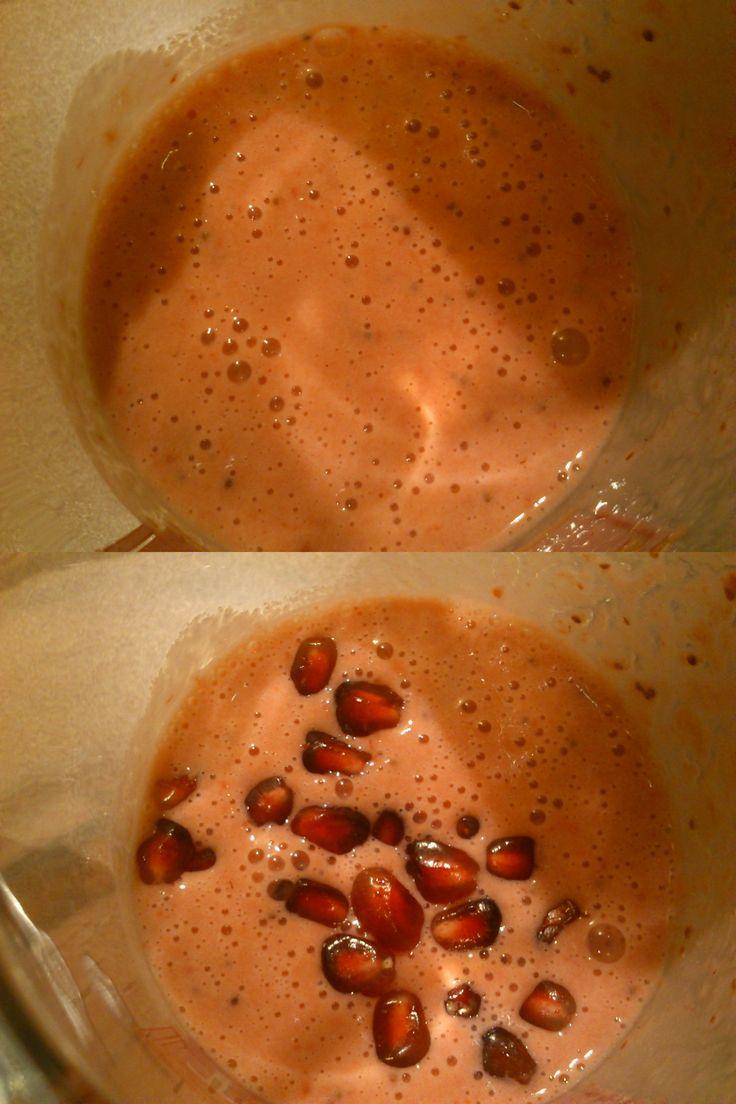 Najprostszy i najzdrowszy napój! Samo zdrowie, czyli kefir z mrożonymi owocami!  Tutaj oczywiście niezastąpione truskawki:)  Do ozdoby mój ulubiony granat, który fajnie chrupie ;)