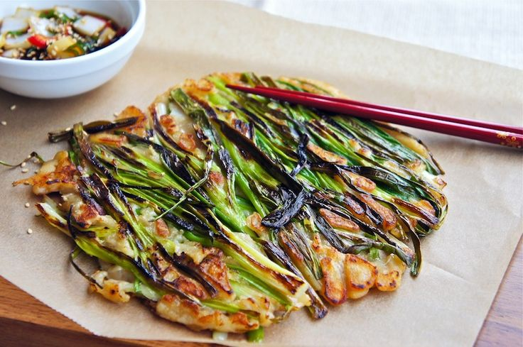 this green onion pancake looks much better than the ones we eat at the food stand. will have to try making at home!