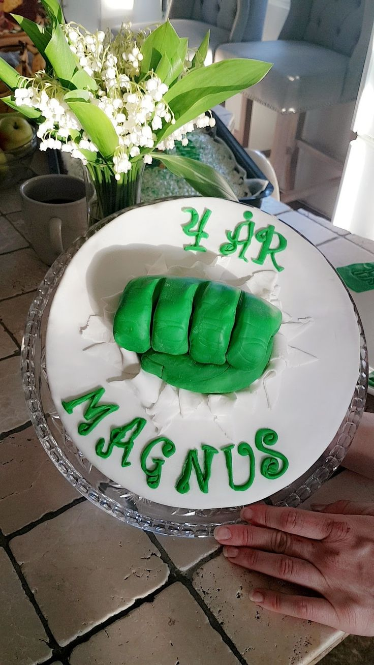 Hulken cake! Super easy to make:)  Chocolate cake, chocolate frosting. And the rest is sugarpaste;)