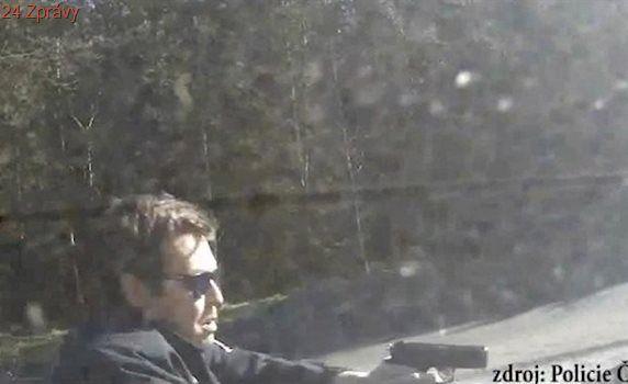 Zdrogovaný cizinec ujížděl v kradeném autě policii, nakonec naboural